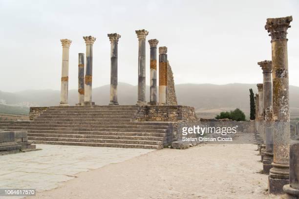 ancient pillars at volubilis - volubilis fotografías e imágenes de stock
