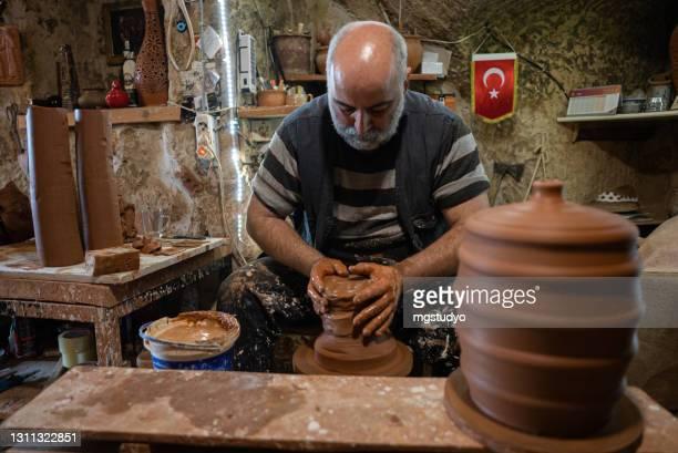 土を形作る古代陶芸師の仕事 - ネヴシェヒル県 ストックフォトと画像