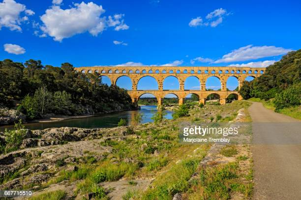 ancient roman masterpiece, roman aqueduct crossing the gardon river, pont du gard, southern france, heritage site, unesco - avigon foto e immagini stock