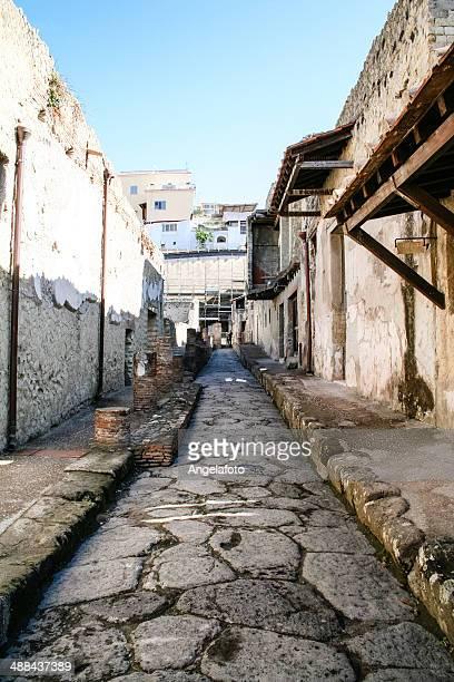 古代ローマの通りの ercolano 、イタリア - ヘルクラネウム遺跡 ストックフォトと画像