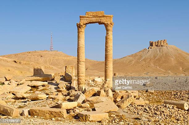 ancient and modern towers in palmyra, syria - palmyra stockfoto's en -beelden