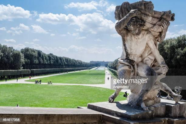 antica statua nel royal gardens di caserta - palazzo reale foto e immagini stock