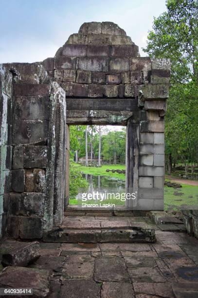 ancient stone door at bayon temple - ruina antigua fotografías e imágenes de stock
