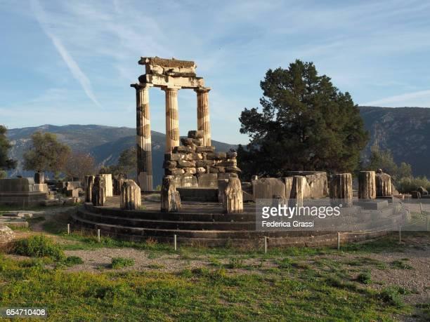 ancient temple of athena pronea, delphi, greece - diosa atenea fotografías e imágenes de stock