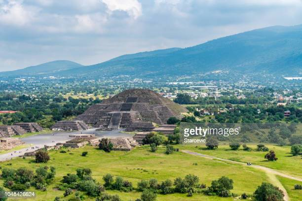 antigas pirâmides de teotihuacan e as ruínas na cidade do méxico - ruína antiga - fotografias e filmes do acervo