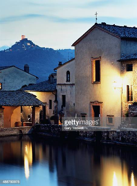 ancient town of bagno vignoni at dusk - yeowell foto e immagini stock