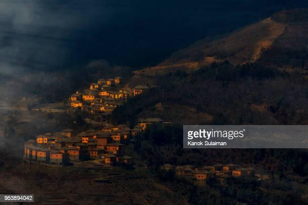 ancient village over rice terraces - yunnan stockfoto's en -beelden