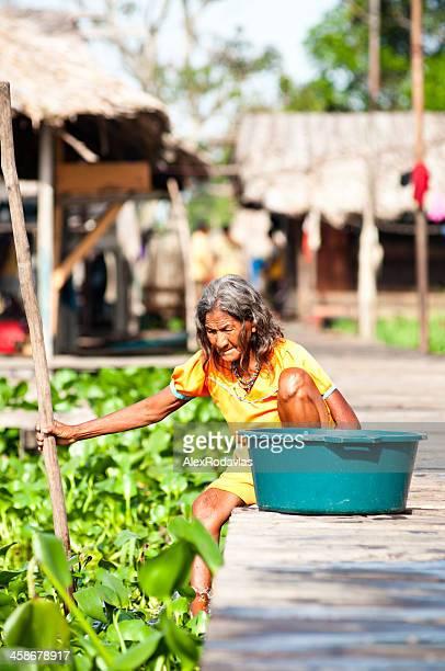 Antigua Warao tribe mujer Lavando del Orinoco