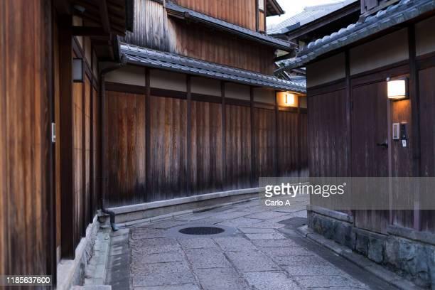 ancient wooden homes in kyoto, japan. - 日本建築 ストックフォトと画像