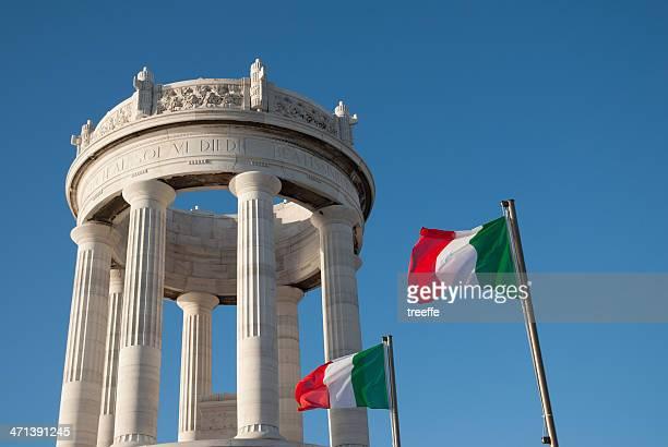 ancona: italiano monumento e bandiera - monumento foto e immagini stock