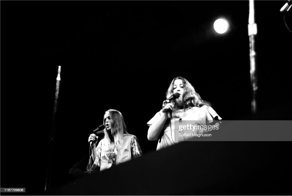 MICHELLE PHILLIPS AND CASS ELLIOTT OF THE MAMAS & THE PAPAS PERFORMING AT THE MONTEREY INTERNATIONAL POP FESTIVAL, 1967 : News Photo