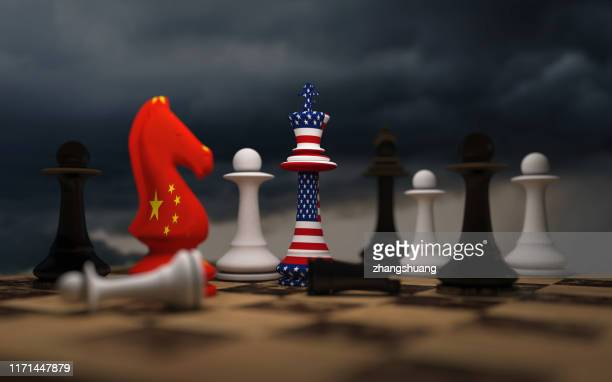 usa and china trade relations, cooperation strategy. us america and china flags on chess king on a chessboard. - verenigde staten stockfoto's en -beelden
