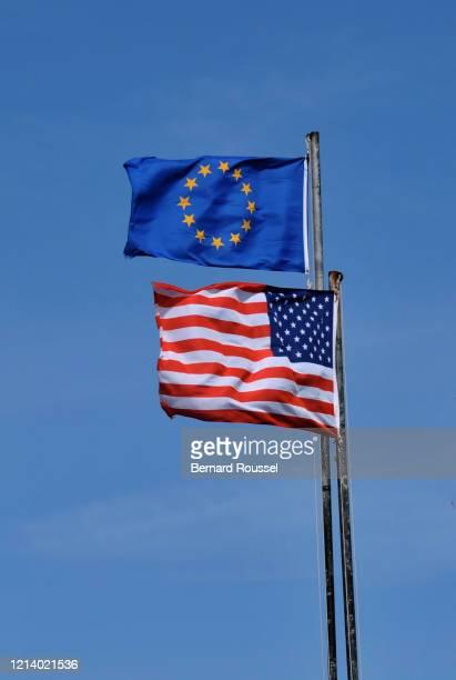 usa and european flags - camaret sur mer photos et images de collection