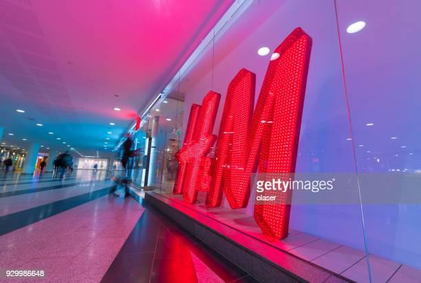 HM-H und H H & M Zeichen und Bewegung verwischt shopper