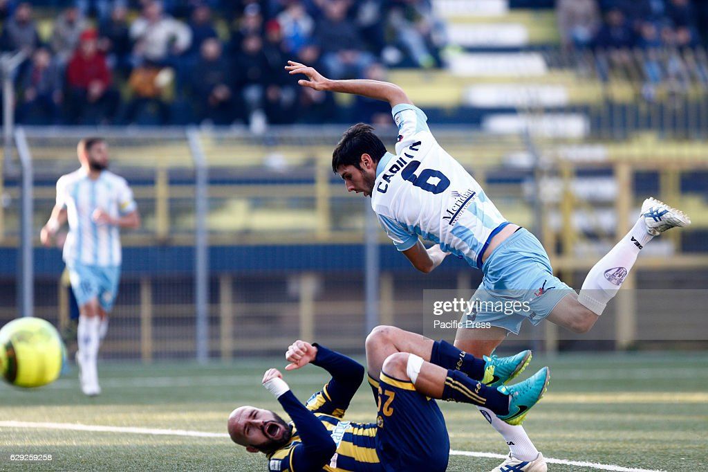 FRANCESCO RIPA and LUIGI CARILLO fight for the ball during... : Nachrichtenfoto