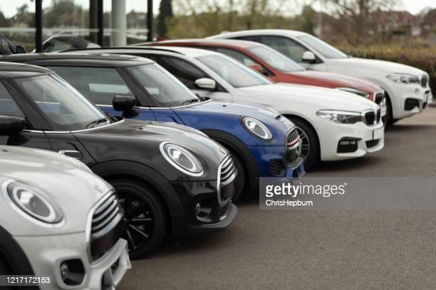 bmw och mini cooper motorfordon till salu på återförsäljare - bmw bildbanksfoton och bilder