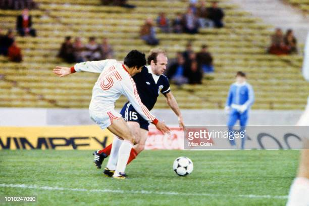 Andaranik Eskandarian of Iran and Archie Gemmill of Scotland during the World Cup match between Scotland and Iran at Estadio Mario Alberto Kempes...