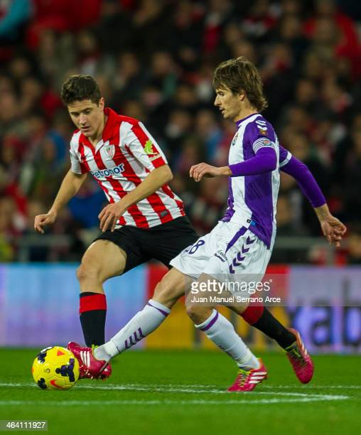 Ander Herrera of Athletic Club Bilbao competes for the ball with Alvaro Rubio of Real Valladolid CF during the La Liga match between Athletic Club...