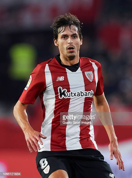 Ander Iturraspe of Ahtletic Club de Bilbao looks on during the Copa del Rey Round of 16 match between Sevilla FC and Athletic Club de Bilbao at...