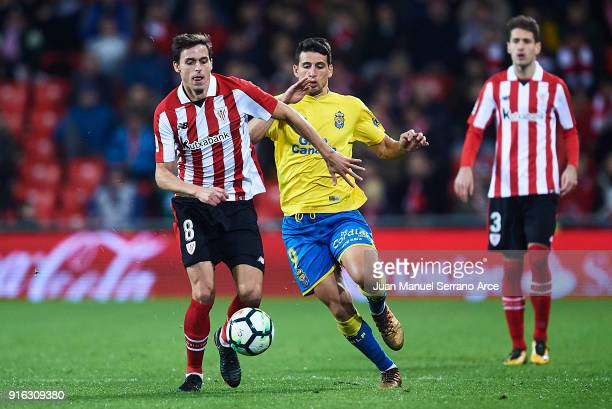 Ander Iturraspe of Athletic Club competes for the ball with Jonathan Calleri of Union Deportiva Las Palmas during the La Liga match between Athletic...