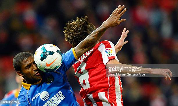 Ander Iturraspe of Athletic Club duels for the ball with Jorge Sammir of Getafe CF during the La Liga match between Athletic Club and Getafe CF at...