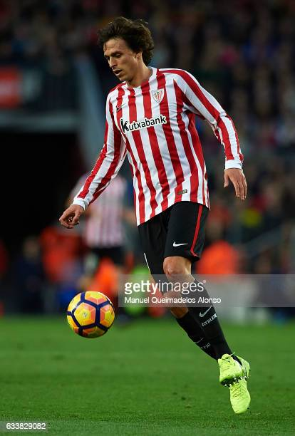 Ander Iturraspe of Athletic Club in action during the La Liga match between FC Barcelona and Athletic Club at Camp Nou Stadium on February 4 2017 in...