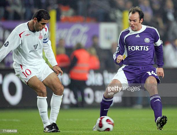 Anderlecht's Bart Goor and Hapoel Tel Aviv's Valeed Badeer fight for the ball during their UEFA Cup group G football match 25 October 2007 in...