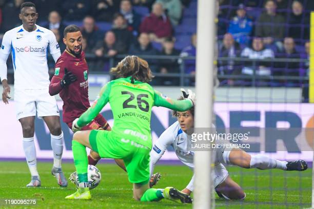 Anderlecht's Kemar Roofe Genk's goalkeeper Maarten Vandevoordt and Genk's Neto Borges fight for the ball during a soccer match between RSC Anderlecht...