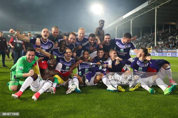 Anderlecht's players celebrate after winning the Jupiler Pro League match between Sporting Charleroi and RSC Anderlecht in Charleroi on May 18 2017 /...
