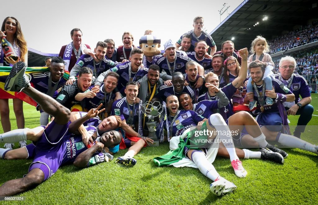 TOPSHOT - Anderlecht's players pose with the trophy as they celebrate winning their 34th Belgian championship title after the Jupiler Pro League match between RSC Anderlecht and KV Oostende on May 21, 2017, on the last day of the Play-off 1 of the Belgian football championship. / AFP PHOTO / BELGA / VIRGINIE LEFOUR / Belgium OUT
