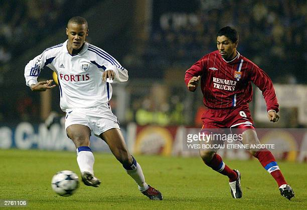 Anderlecht's Vincent Kompany and Lyon's Giovane Elber fight for the ball during their Champions League match Anderlecht vs Lyon, in Anderlecht, 25...