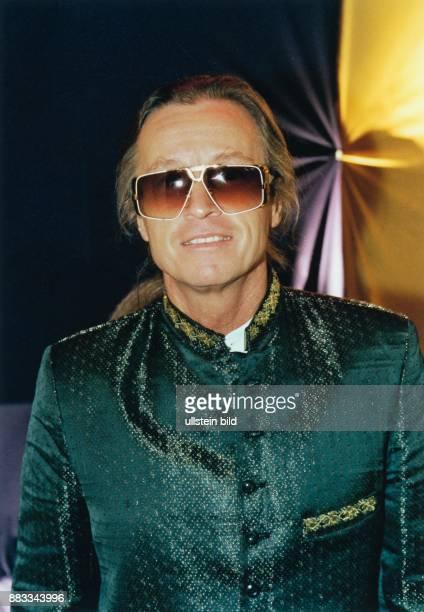 Anders Christian * Schlagersaenger Musiker Schriftsteller Oesterreich Halbportrait mit Sonnenbrille