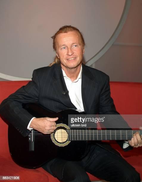 Anders Christian * Schlagersaenger Musiker Schriftsteller Oesterreich Halbportrait mit Gitarre