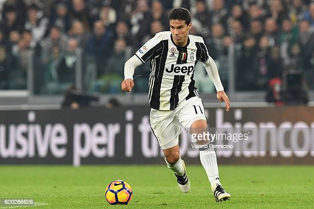 Anderson Hernanes of Juventus FC in action during the Serie A match between Juventus FC and SSC Napoli at Juventus Stadium on October 29 2016 in...