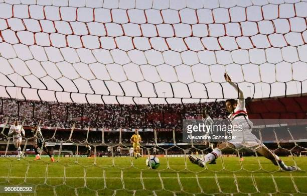 Anderson Martins of Sao Paulo in action during the match against Santos for the Brasileirao Series A 2018 at Morumbi Stadium on May 20 2018 in Sao...