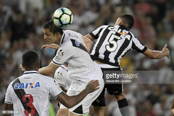 Anderson Martins of Vasco da Gama battles for the ball with Rodrigo Lindoso of Botafogo during the match between Vasco da Gama and Botafogo as part...