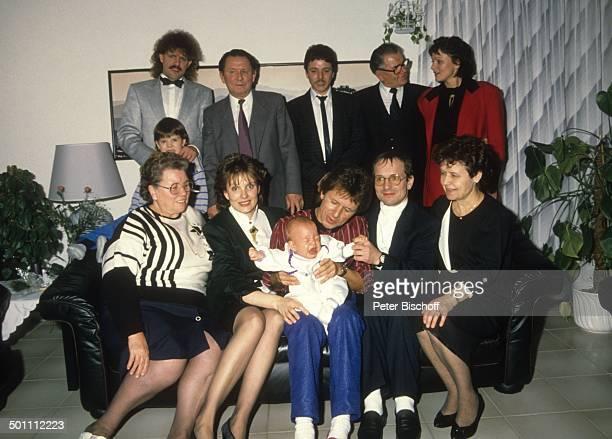 GG Anderson mit Sohn Baby PhilippMarcel Ehefrau Monika Grabowski Mutter Irmgard Grabowski Bruder Edgar Tante von Gerd dahinter Bruder Jürgen...
