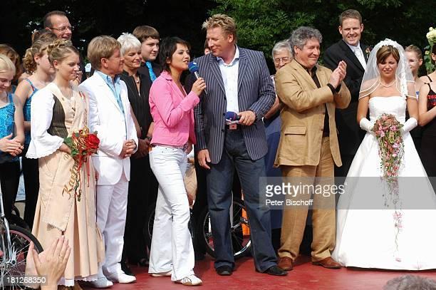 """Anderson, Moderatorin Madeleine Wehle, Moderator Ludger Abeln, Volker Brandt, Brautpaar Thomas Schreiber-Tappe und Ehefrau Yvonne , ARD-NDR-Show """"Die..."""