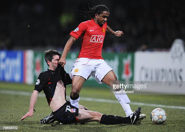 Anderson of Manchester United battles with Jeremy Toulalan of Lyon during the UEFA Champions League first knockout round first leg match between Lyon...