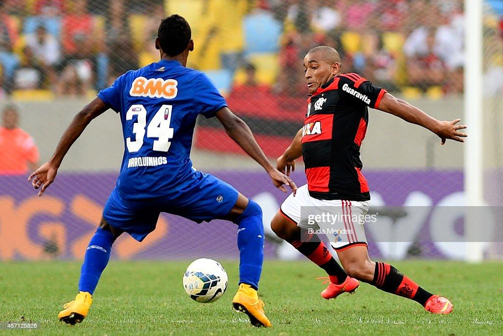 Anderson Pico (R) of Flamengo controls the ball against Marquinhos of Cruzeiro during a match between Flamengo and Cruzeiro as part of Brasileirao Series A 2014 at Maracana Stadium on October 12, 2014 in Rio de Janeiro, Brazil.