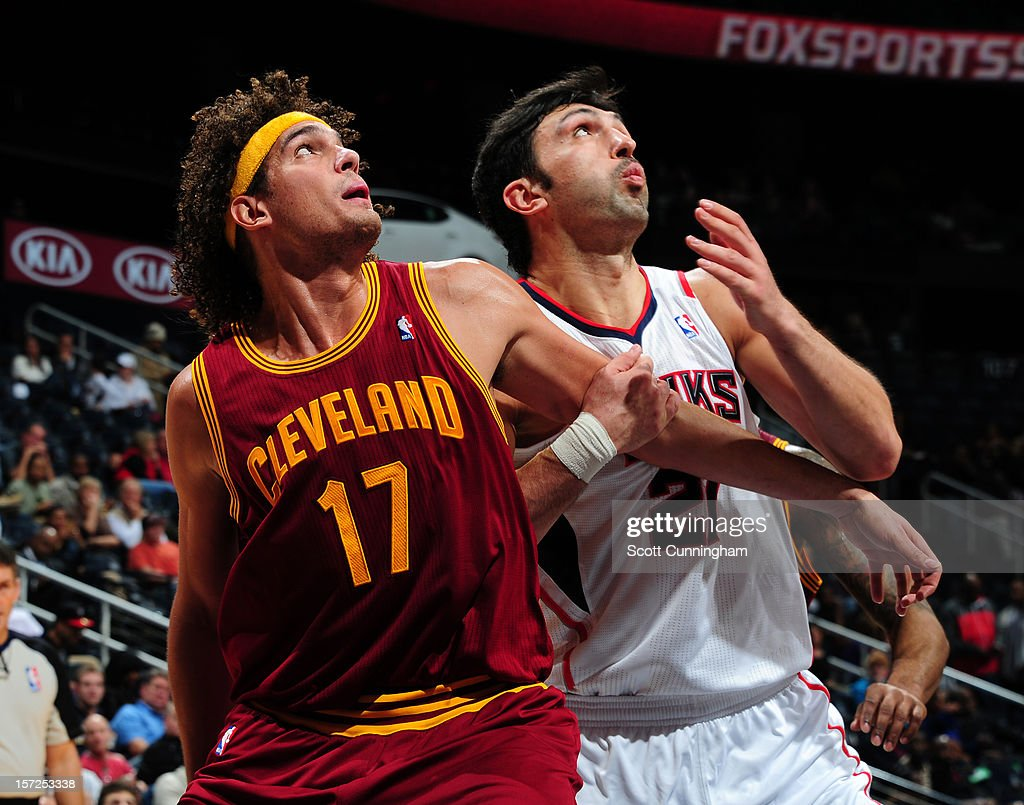 Anderson Varejao #17 of the Cleveland Cavaliers battles for position against Zaza Pachulia #27 of the Atlanta Hawks at Philips Arena on November 30, 2012 in Atlanta, Georgia.