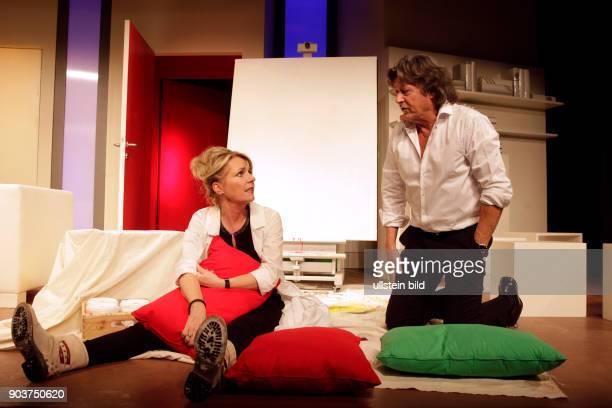 'anderthalb stunden zu spät' Komödie von Gérald Sibleyras und Jean Dell gastiert vom 21 Januar bis 10 April 2016 im Theater am Dom in Köln Herbert...