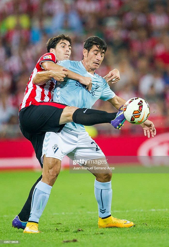Andoni Iraola of Athletic Club duels for the ball with Saul Berjon of SD Eibar during the La Liga match between Athletic Club and SD Eibar at San Mames Stadium on September 27, 2014 in Bilbao, Spain.