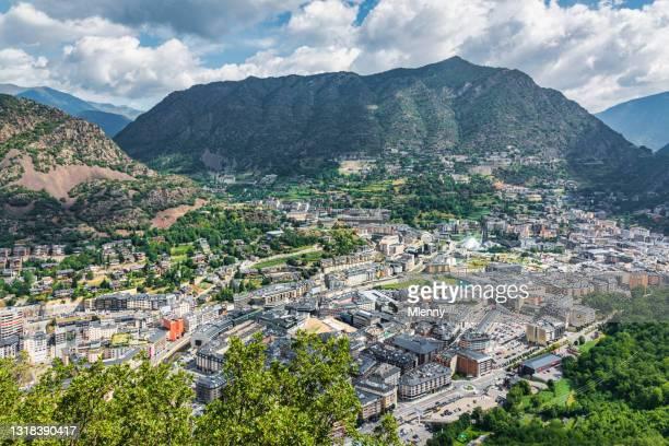 夏のアンドラ・ラ・ベラ・シティ・ピレネー山脈渓谷 - アンドララベリャ ストックフォトと画像