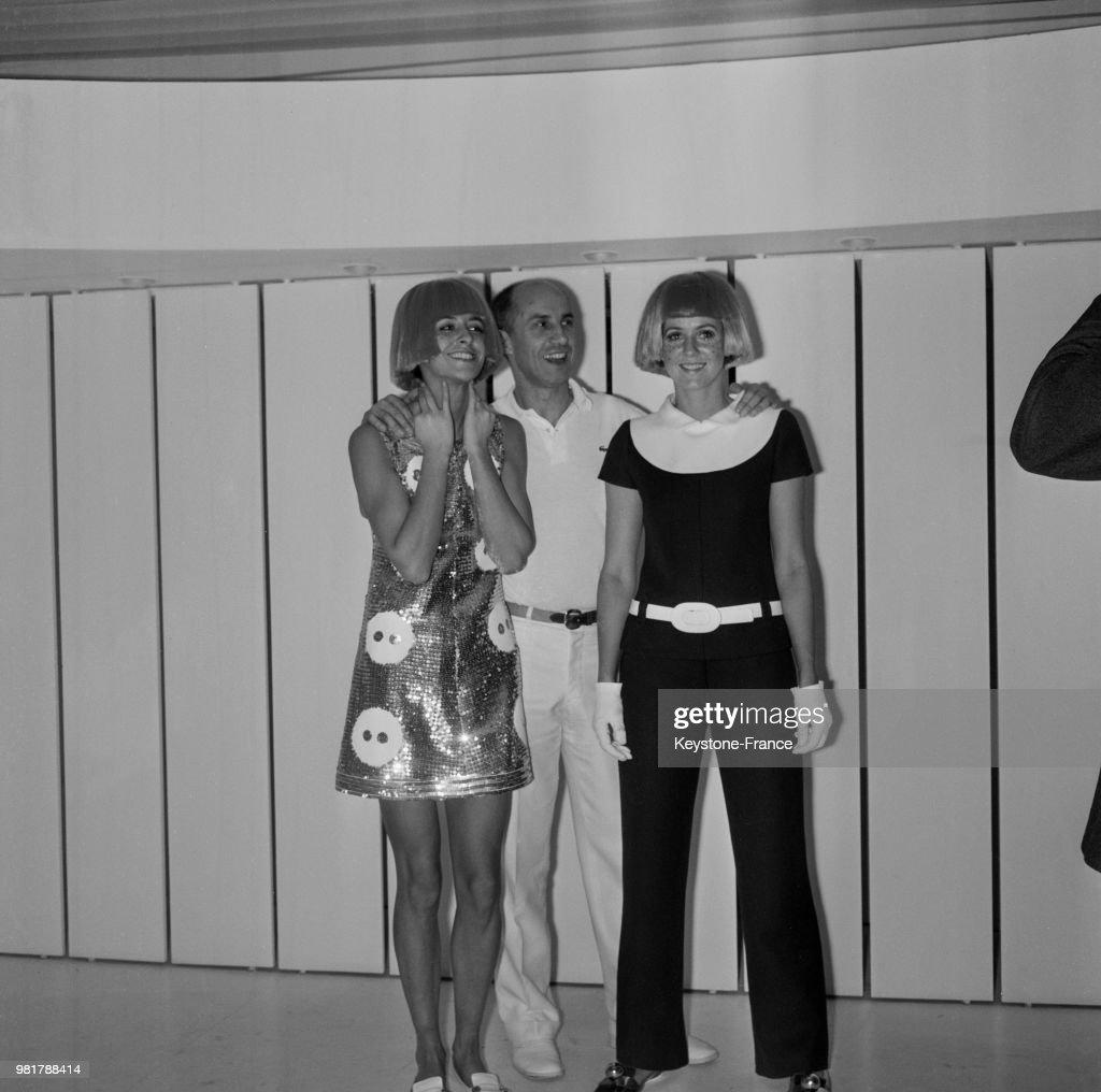 André Courrèges avec deux mannequins : News Photo
