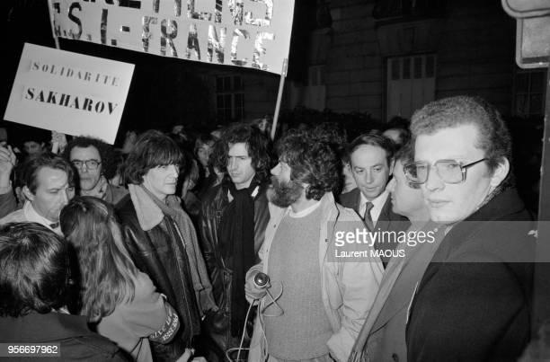 André Glucksmann BernardHenri Lévy Marek Halter et Lione Stoleru lors d'une manifestation de soutien au physicien Andrei Sakharov dissident...