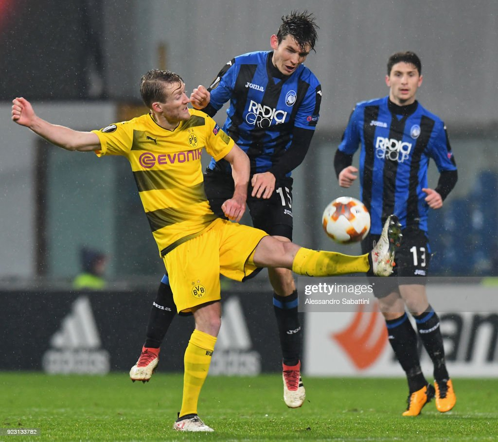 André Schürrle of Borussia Dortmund competes for the ball whit Marten de Roon of Atalanta during UEFA Europa League Round of 32 match between Atalanta and Borussia Dortmund at the Mapei Stadium - Citta' del Tricolore on February 22, 2018 in Reggio nell'Emilia, Italy.
