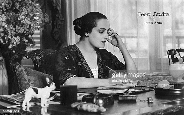 Andra Fern Actress USA *24111894 at her desk at home undated Vintage property of ullstein bild