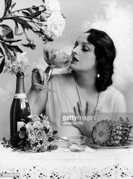 Andra Fern Actress USA *24111894 drinking champagne in a cup published in 'Blätter für Mode und Unterhaltung' October 1928 Vintage property of...