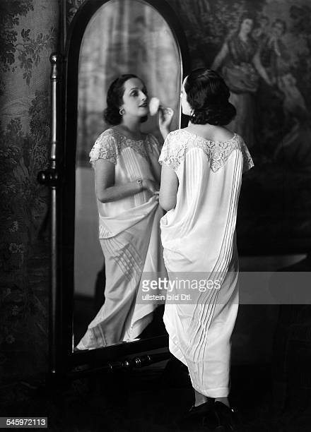 Andra Fern Actress USA *24111894 in a long white dress in front of a mirror 1927 Vintage property of ullstein bild